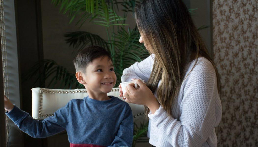 یک کودک آتئیست در حال گفتگو با مادرش