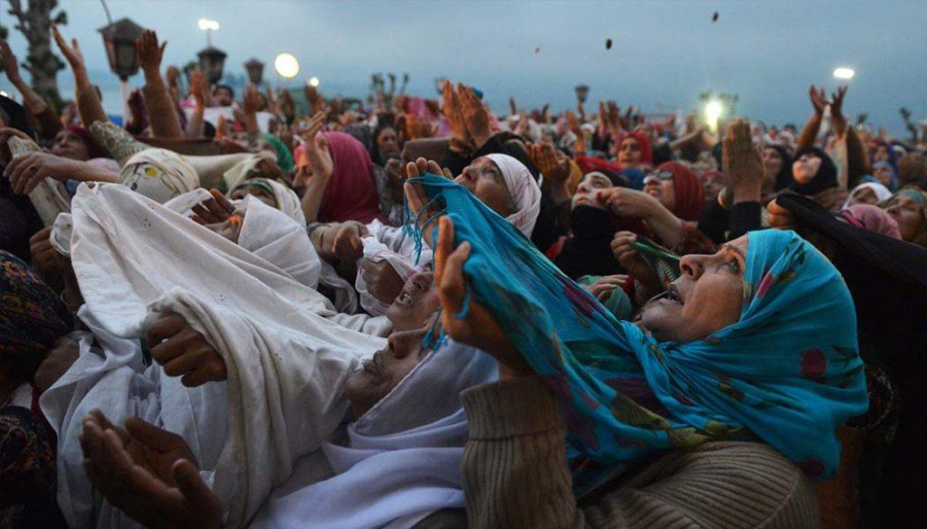 مسلمانان در حال عبادت خدا